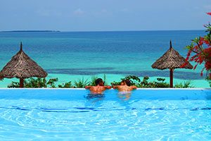 זוג בבריכה במלון בזנזיבר